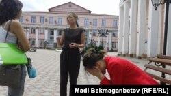 Выпускники интернатуры Казахского медицинского университета имени Санжара Асфендиярова обсуждают свою проблему с продолжением образования. Алматы, 24 июля 2014 года.