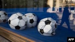 Izduvane fudbalske lopte izložene u zatvorenoj radnji, 22. aprila 2020. godine u Lozani, Švicarska