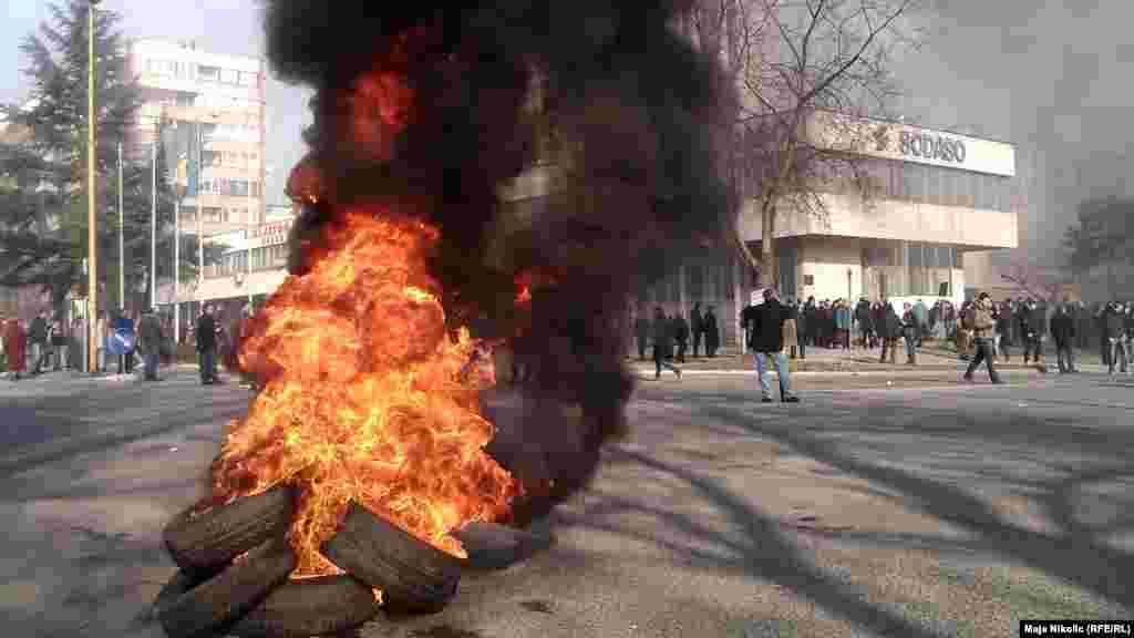Протестующие подожгли покрышки в центре Тузлы, 5 февраля
