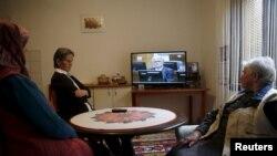 Srebreničanke Bida Smajlović, Sajma Smajlović i Vasva Smajlović gledaji prenos izricanja presude Karadžiću
