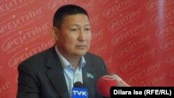 Депутат городского маслихата Шымкента Жамбыл Калауов выступает на пресс-конференции в Шымкенте, 18 сентября 2015 года.