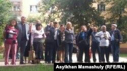 Сторонники Жанболата Мамая перед зданием суда, который продлил ему арест. Алматы, 31 мая 2017 года.