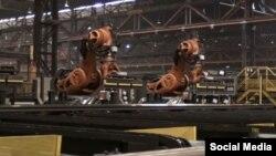 КУКА компаниясы өндүргөн оор жумуштарды аткарчу 6 робот Маннстедт компаниясындагы оор болот такталарды тизүүдө колдонулат.
