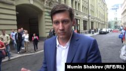 Дмитрий Гудков у здания Центризбиркома