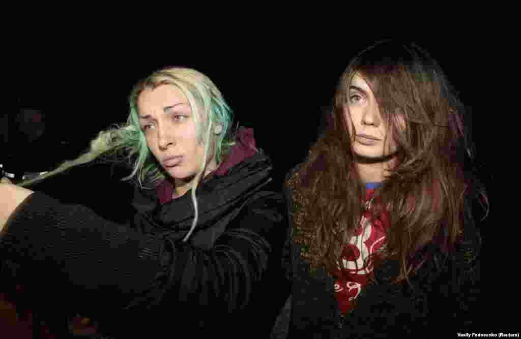 Оксана Шачко (праворуч) та співзасновниця Femen Інна Шевченко розмовляють із журналістами в шпиталі маленького містечка поблизу Мінська. Активісти повідомили журналістам, що їх затримали білоруські поліцейські, змушували роздягатися, погрожували насильством, а потім покинули голих у лісі. 2011 рік