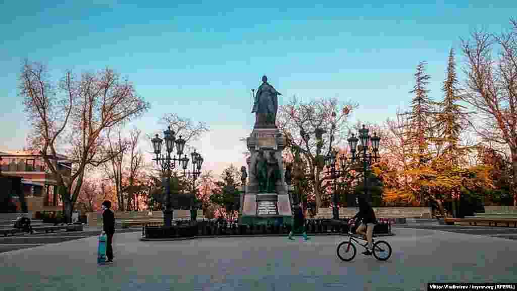 Формально с инициативой возродить памятник, который стоял здесь до 1921 года, выступила одна из крымских общественных организаций в 2015 году. Был объявлен сбор средств на восстановление памятника. Торжественное открытие состоялось в августе 2016 года