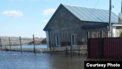 Подтопленный дом в селе Чкалово, Карагандинская область. 17 апреля 2017 года.
