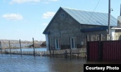 Подтопленный дом Татьяны Вайгант. Село Чкалово, Карагандинская область. 17 апреля 2017 года.
