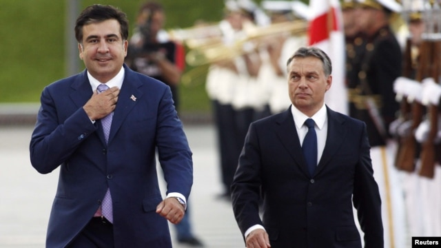 Georgia -- President Mikheil Saakashvili (L) and Hungary's Prime Minister Viktor Orban take part in an official welcoming ceremony in Tbilisi, 26Sep2012