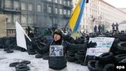 Ukrainada polisiýa garşy duran protetçileriň biri