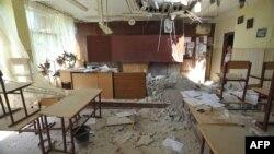 Поврежденный боевыми действиями класс в Луганске, июль 2014 года
