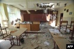 Провалена стеля в одній зі шкіл Луганська, 16 липня 2014 року