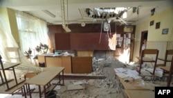 Поврежденное при артобстреле здание школы в Луганске