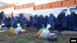 Көлік күтіп отырған ауған әйелдері. Ауғанстан, 5 қазан 2015 жыл. (Көрнекі сурет)