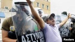 Еден од протести во Атина поради финансиската криза