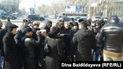 Собрание у памятника Абаю в Алматы. 1 марта 2014 года.