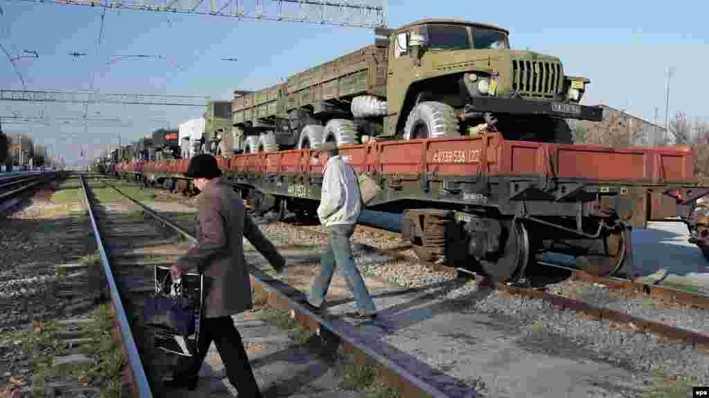 Krımda vaqonlara yüklənən Ukrayna hərbi texnikası. 31 mart 2014