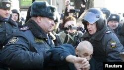 Паліцыя затрымлівае дэмакратычных актывістаў. Масква, 31 сакавіка 2011 году.