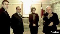"""Бывший президент Грузии Эдуард Шеварднадзе (справа) встречается с лидерами оппозиционного """"Национального движения"""", среди которых Михаил Саакашвили (слева). Тбилиси, 9 ноября 2003 года."""