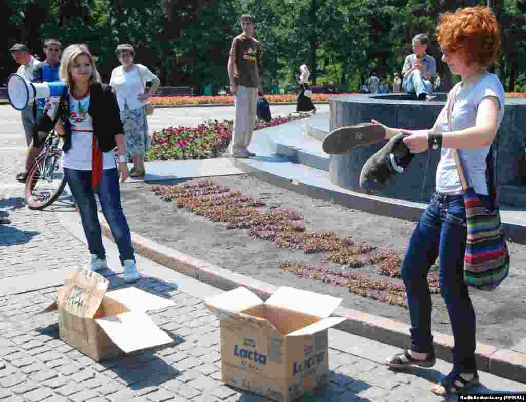 Біля пам'ятника поету активісти запропонували всім бажаючим зняти з себе взуття і відправити їх до Верховної Ради