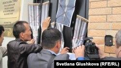 """Белсенділер Ресей елшілігі алдында """"Протон-М"""" апатына қарсы акция өткізді. Астана, 5 шілде 2013 жыл."""