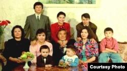 Семья президента Казахстана Нурсултана Назарбаева. 1992 год. Айсултан Назарбаев — у стола, справа.