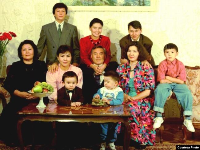 Семья Нурсултана Назарбаева. 1992 год. Айсултан Назарбаев – маленький ребенок у стола, справа