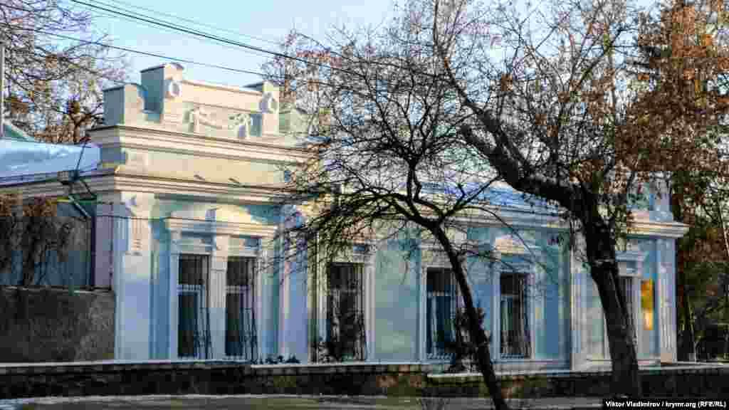 У цій будівлі зараз перебуває сімферопольський Палац для новонароджених. У минулому це була садиба, яка належала купцям Леріхам. Точної дати побудови та інформації про автора проєкту немає. Припускається, що цьому будинку приблизно 90 років