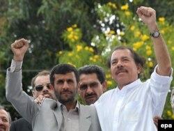 """Даниэль Ортега вместе со своим """"боевым товарищем"""", бывшим президентом Ирана Махмудом Ахмадинежадом. Манагуа, 2007 год"""