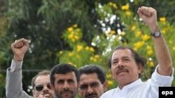 محمود احمدی نژاد رییس جمهوری ایران به همراه دانیل اورتگا رییس جمهوری نیکاراگوئه
