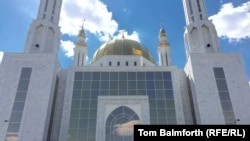 У городской мечети в Актобе. Иллюстративное фото.