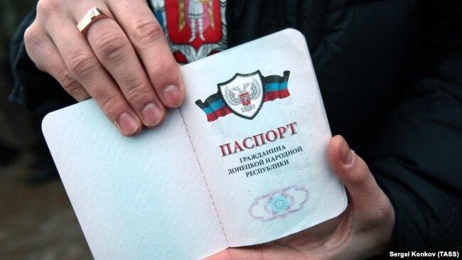 Qərb Moskvanın separatçı pasportları tanımasını kəskin pisləyir