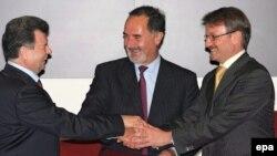 Герман Греф 29 мая подписал сразу два соглашения о строительстве иностранных автопредприятий в России