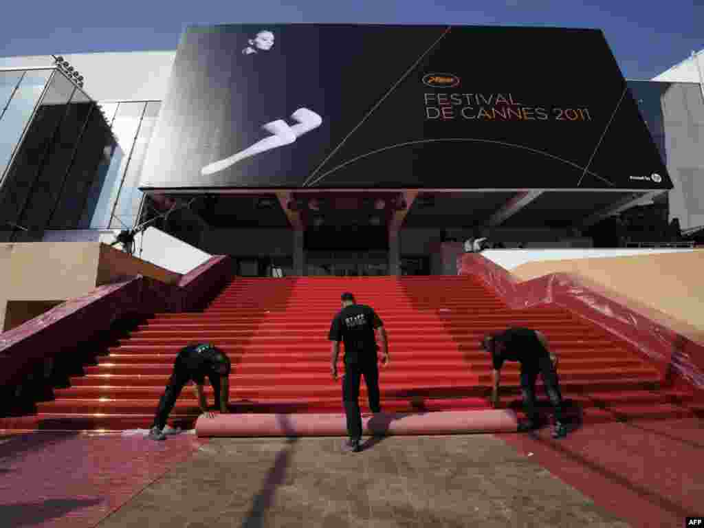 Останні приготування до відкриття 64-го кінофестивалю у Каннах, 11 травня. Photo by Anne-Christine Poujoulat for AFP