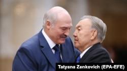 Александр Лукашенко 30 ноября 2017 года встречает прибывшего в Минск на саммит ОДКБ Нурсултана Назарбаева, тогда президента Казахстана.