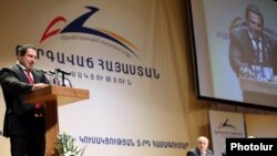 Գագիկ Ծառուկյանը ելույթ է ունենում «Բարգավաճ Հայաստան»-ի 5-րդ համագումարում: