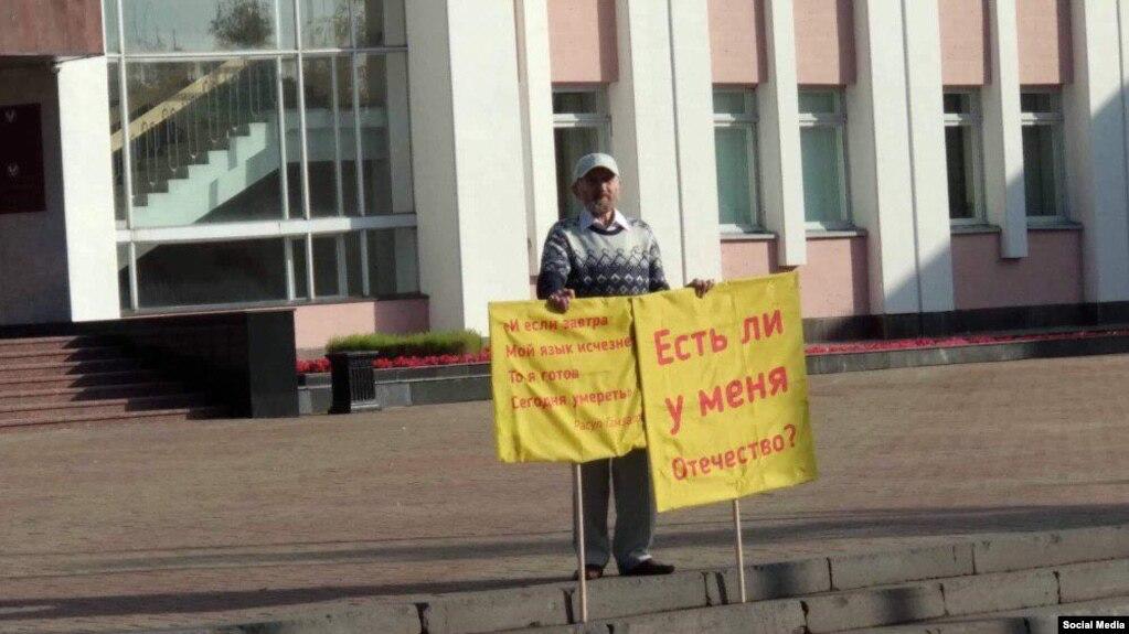 Альберт Разін перад самаспаленьнем у знак пратэсту супраць дыскрымінацыі ўдмурцкай мовы. Іжэўск, 10 верасьня 2019 г.