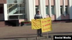Удмуртский ученый Альберт Разин на пикете у здания Государственного совета Удмуртии, после которого он совершил самосожжение. Ижевск, 10 сентября 2019 года.