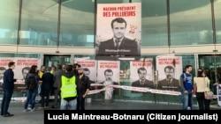 Одна из групп протестующих против президента Макрона, Париж, 20 апреля 2019