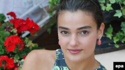 Model Model Merve Buyuksarac 2016-cı ildə prezidenti təhqirə görə 14 ay şərti cəza alıb