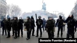 Полиция на улицах Парижа, 15 декабря 2018