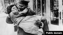იოსებ სტალინი თავის ცხრა წლის ქალიშვილთან, სვეტლანასთან ერთად (1935 წ.)