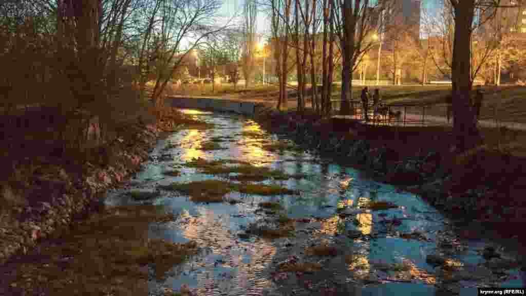 Вечерние сумерки сгущаются над рекой