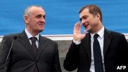 Представители российской делегации заявили, что не будут вмешиваться в конфликт, так как считают его внутренним делом Абхазии. Их задача – помочь сторонам найти выход из сложившегося положения