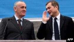 Владислав Сурков, сразу задав отношениям с руководством двух частично признанных государств исключительно деловой тон, провел закрытое совещание с Александром Анквабом и Леонидом Тибиловым