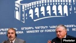 Спецпредставитель ЕС на Южном Кавказе и по кризису в Грузии Филипп Лефор и глава МИД Армении Эдвард Налбандян на совместной пресс-конференции, Ереван, 7 сентября 2011 г.