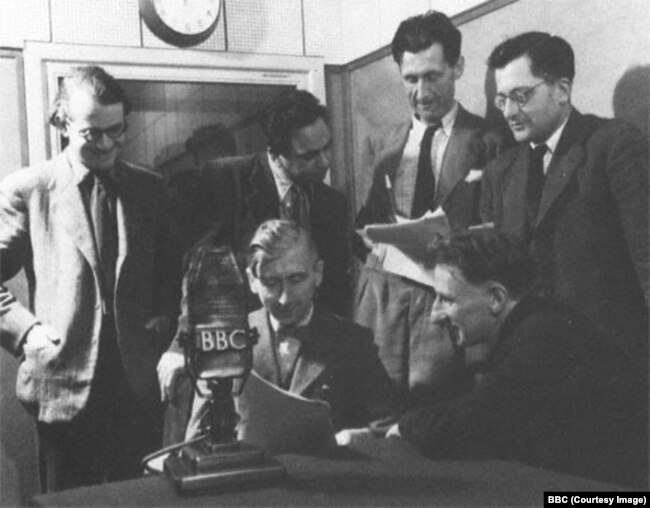 Джордж Оруэлл с коллегами в студии BBC