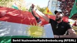 Курдська діаспора з традиційним прапором курдського народу протестує проти вторгнення Туреччини на північ Сирії, де живуть курди, і відступу з регіону військ США, Київ, 16 жовтня 2019 року