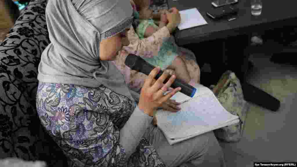 Майе, супруга правозащитника Сервера Мустафаева, читает обращение мужа, написанное изСИЗО. Мустафаева арестовали в мае этого года по обвинению в участии в деятельности «Хизб ут-Тахрир». Один из координаторов «Крымской солидарности» Дилявер Меметов, говоря о работеинициативы, вспомнил слова Мустафаева: «Пока бьется наше сердце и течет в наших жилах кровь,мы не остановимся»