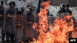 Части Национальной гвардии на уличных протестах в Венесуэле. Архивное фото.